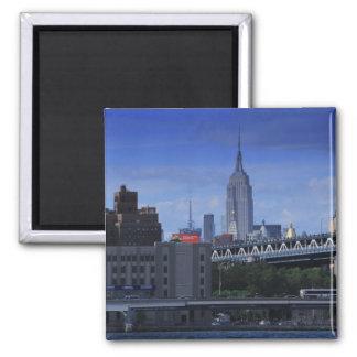 Empire State Building detrás del puente de Imán Cuadrado