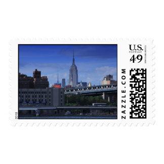Empire State Building detrás del puente de Timbres Postales
