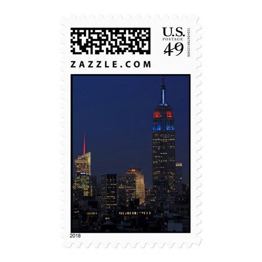Empire State Building en azul y rojo, roca 30 Sello