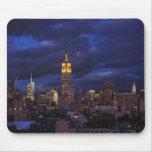 Empire State Building en el cielo amarillo, crepus Tapetes De Ratones