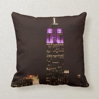 Empire State Building en púrpura y el blanco 01 Cojines