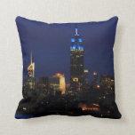 Empire State Building todo en el azul, horizonte Cojines