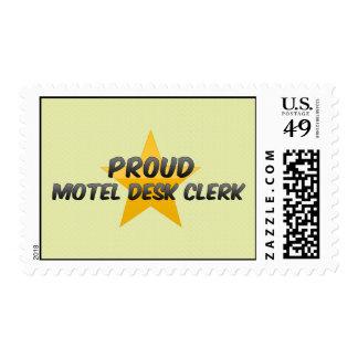 Empleado de mostrador orgulloso del motel sellos