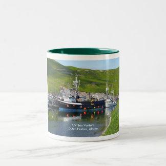 Empresa del mar, barco del cangrejo en el puerto h taza dos tonos