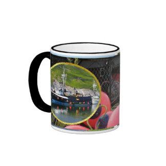 Empresa del mar, barco del cangrejo en el puerto h taza a dos colores