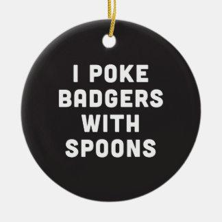 Empujo tejones con las cucharas adorno navideño redondo de cerámica