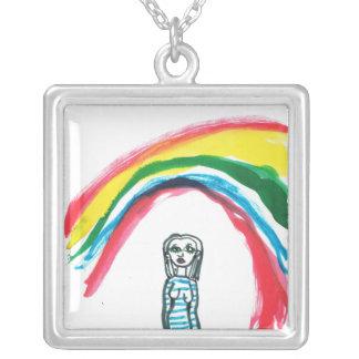 En alguna parte debajo de un collar del arco iris