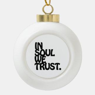En alma confiamos en adorno de cerámica en forma de bola