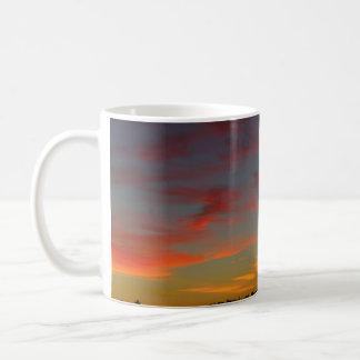 En amanecer del fuego taza básica blanca