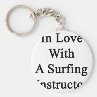 En amor con el instructor que practica surf de A Llaveros Personalizados