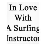 En amor con el instructor que practica surf de A Membrete