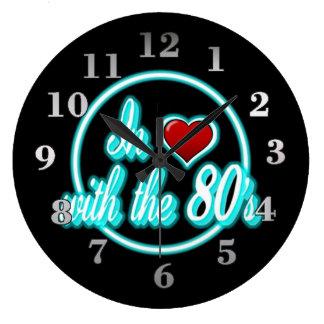 En amor con el reloj de neón azul retro del