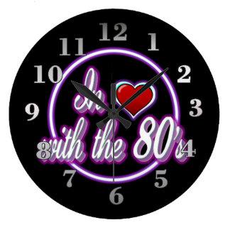 En amor con el reloj de neón púrpura retro del