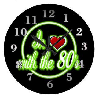 En amor con el reloj de neón verde retro del