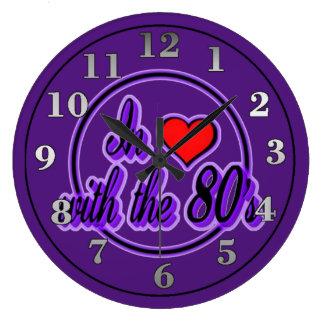 En amor con el reloj de pared púrpura retro del