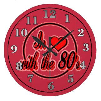 En amor con el reloj de pared rojo retro del