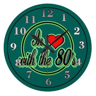 En amor con el reloj de pared verde retro del