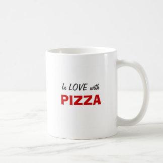 En amor con la pizza taza básica blanca