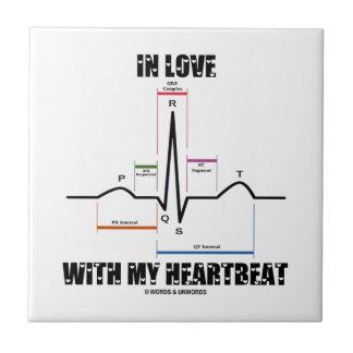 En amor con mi latido del corazón (electrocardiogr azulejo ceramica