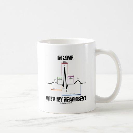 En amor con mi latido del corazón (electrocardiogr taza de café