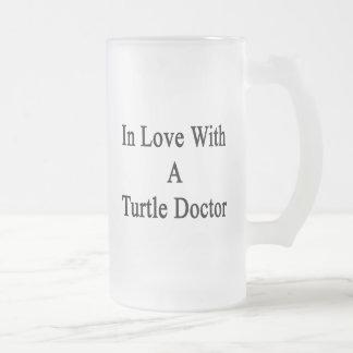 En amor con un doctor de la tortuga taza cristal mate