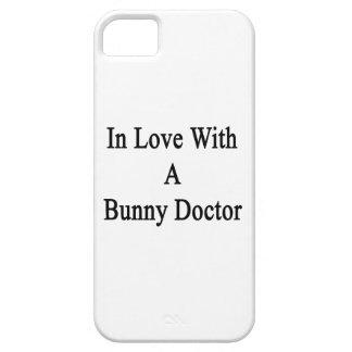En amor con un doctor del conejito iPhone 5 protectores