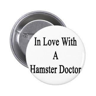 En amor con un doctor del hámster pin redondo de 2 pulgadas