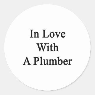 En amor con un fontanero pegatina redonda