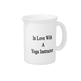En amor con un instructor de la yoga jarra para bebida