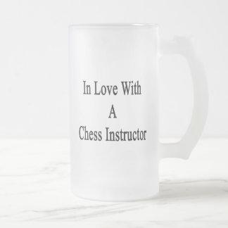 En amor con un instructor del ajedrez taza de cristal