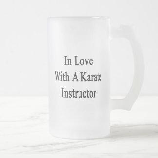 En amor con un instructor del karate taza cristal mate