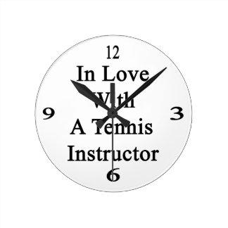 En amor con un instructor del tenis reloj