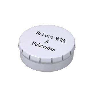 En amor con un policía jarrones de caramelos
