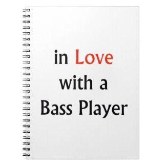 En amor con un texto negro rojo del bajista n libreta