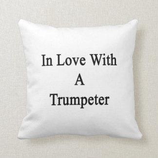 En amor con un trompetista almohadas