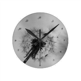 """""""en blanco y negro"""" by mysteryella reloj redondo mediano"""