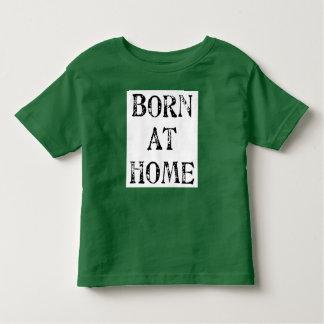 En casa camiseta llevada playera de niño