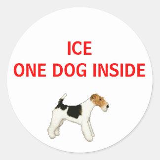 En caso de urgencia un perro dentro pegatina redonda