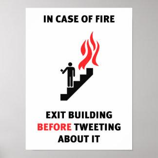 En caso del fuego, salga el edificio antes de piar posters