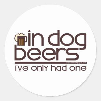 En cervezas del perro…. pegatina redonda