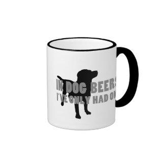 En chiste de las cervezas del perro taza a dos colores