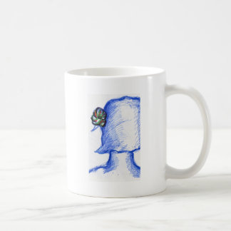En desenfocado una flor de la mañana taza básica blanca