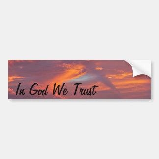 En dios confiamos en a la pegatina para el paracho etiqueta de parachoque