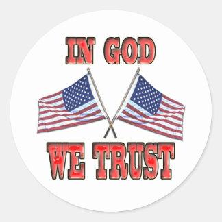 En dios confiamos en al pegatina cruzado de las