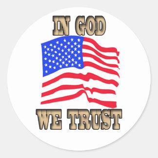En dios confiamos en al pegatina de la bandera