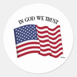 En dios confiamos en con la bandera de los pegatina redonda