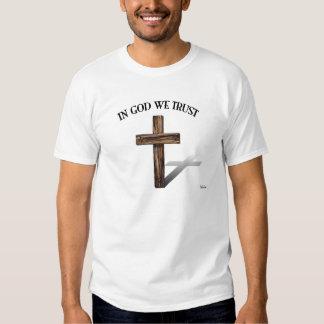 En dios confiamos en con la cruz rugosa playera