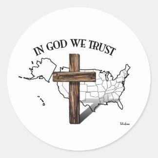 En dios confiamos en con la cruz rugosa y el pegatina redonda