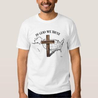 En dios confiamos en con la cruz rugosa y el playera