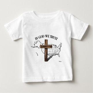 En dios confiamos en con la cruz rugosa y el remera